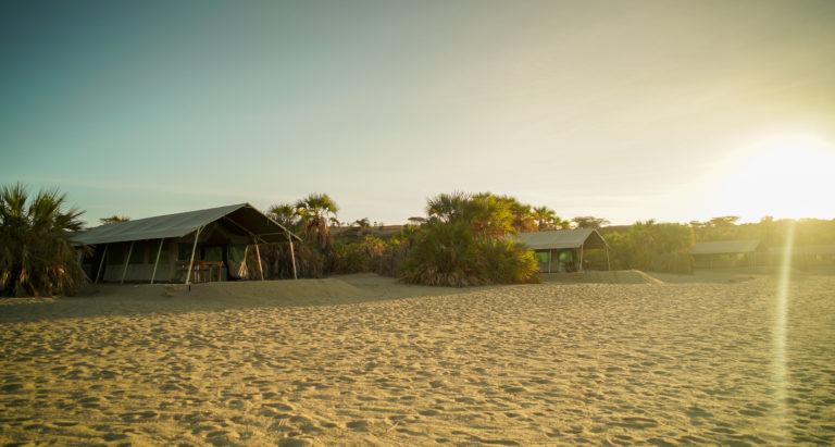 Лагерь на озере Turkana, Кения